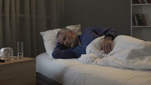 Hombre mayor dormido