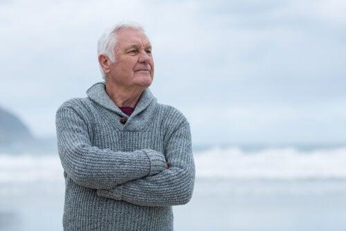 Hombre mayor en el mar