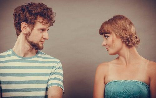 Hombre y mujer mirándose de frente