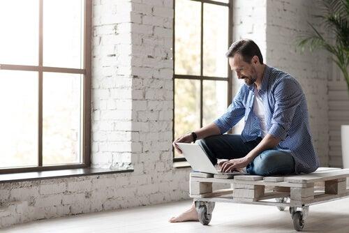 Hombre con un ordenador en casa