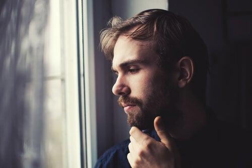 Hombre pensando en el trabajo