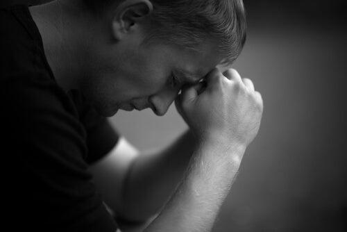 Hombre triste que sufre la rabia en el proceso del duelo