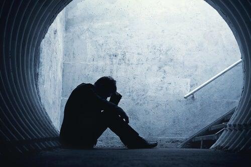 Hombre triste sentado en el suelo