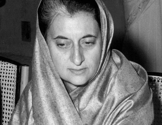 Indira Gandhi mirando hacia abajo
