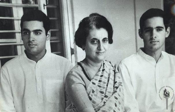 Indira Gandhi con hijos