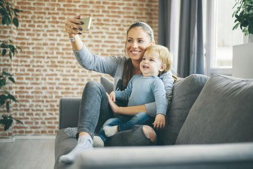 Madre haciéndose un selfie con su hijo
