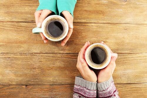 Manos con café
