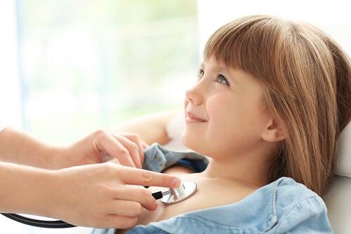 Médico atendiendo a una niña