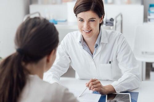 Médico con paciente