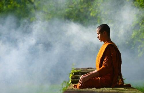 Monje meditando con los ojos cerrados