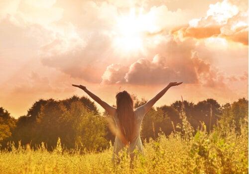 Mujer con los brazos abiertos al aire libre