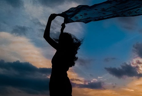 Mujer con pañuelo al viento para representar cómo cómo superar tu ansiedad y estrés