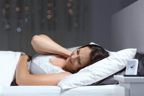 Mujer con síntomas de fibromialgia severa