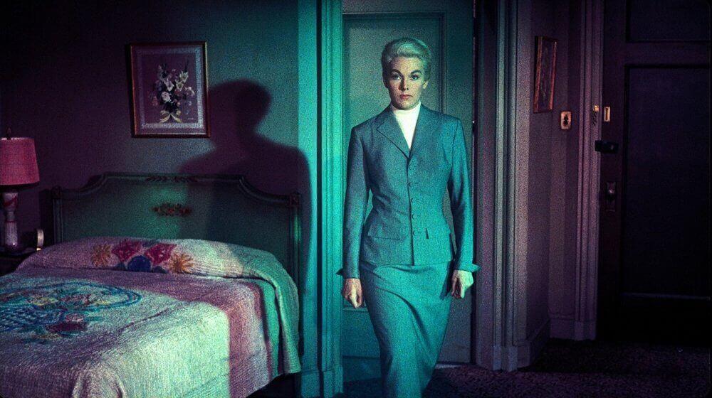 Mujer entrando en una habitación
