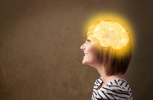 Mujer feliz con el cerebro iluminado