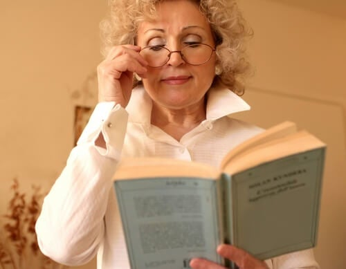 Mujer con gafas de aumento