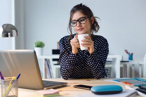 Mujer con gafas trabajando con el ordenador