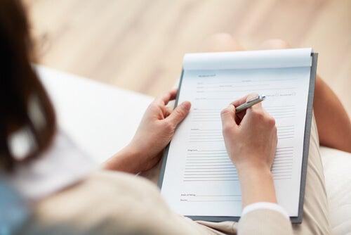 Mujer haciendo informe en psicología clínica