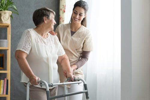 Mujer mayor con auxiliar de enfermería