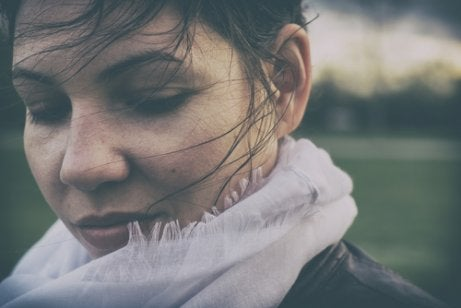 Mujer con los ojos cerrados pensando en la felicidad de los demás