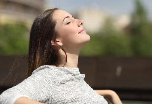 chica representando que respirar mejor potencia tu concentración
