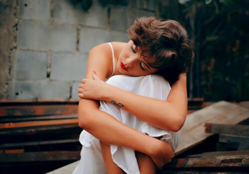 Mujer reflexionando sobre el miedo a que nos hagan daño