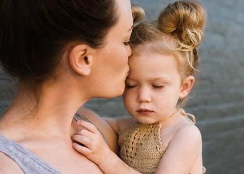 niña con su madre
