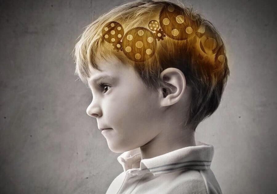 Niño con cerebro iluminado
