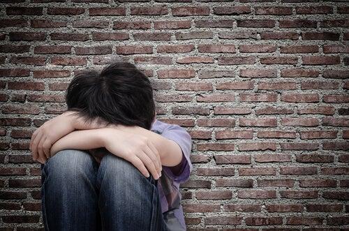 Niño con miedo y tristeza