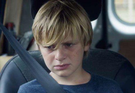 Niño triste para representar la empatía en las personas con síndrome de Asperger