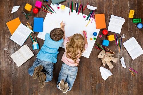 Niños dibujando juntos