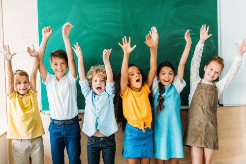 Niños con las manos levantados