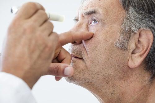 Oftalmólogo revisando la visión de su paciente para valorar la operación de cataratas