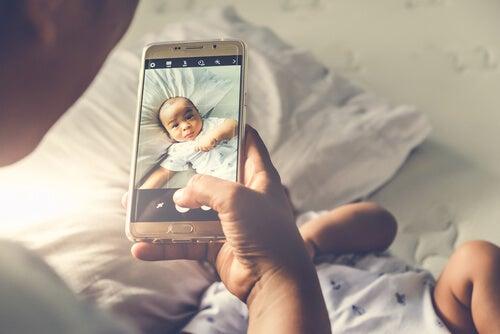 Padre haciendo una foto a su hijo
