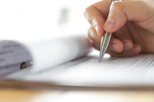 Persona escribiendo datos en un informe