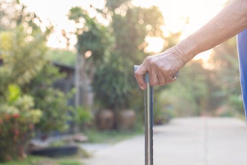 Persona mayor con un bastón