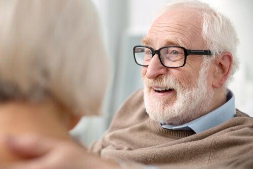 Persona mayor con gafas