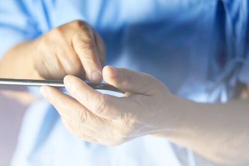 Persona mayor con teléfono móvil