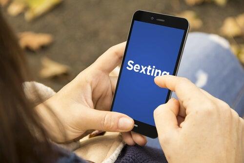 Persona practicando sexting