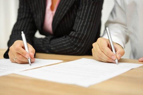 Personas firmando los papeles de la separación
