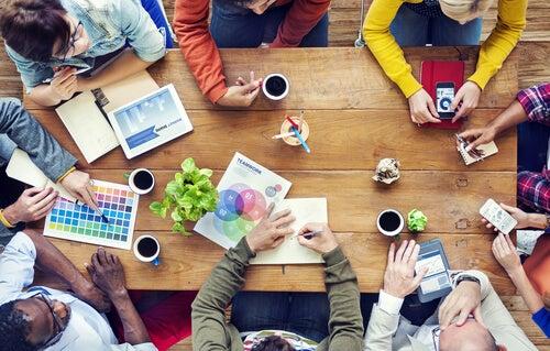 Personas reunidas hablando de diseño gráfico