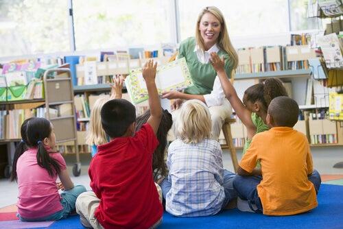 Profesora con alumnos, educación inclusiva