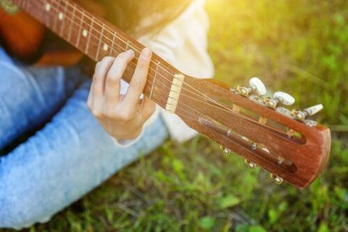 Chica componiendo canciones