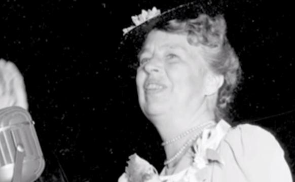 Eleanor Roosevelt saludando
