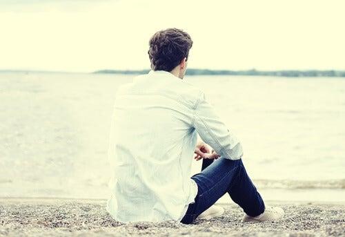 Chico en la playa simbolizando la necesidad de dejar el móvil