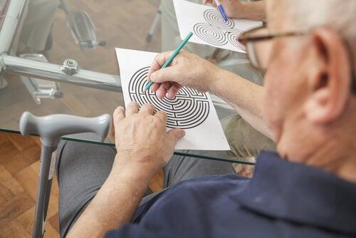 Hombre haciendo ejercicio de estimulación cognitiva con el neuropsicólogo