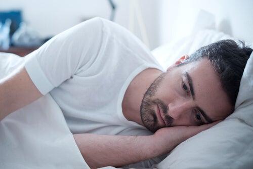 Hombre pensando en el síndrome de excitación sexual persistente