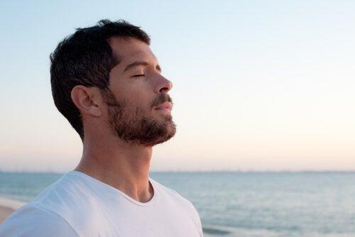 Hombre respirando
