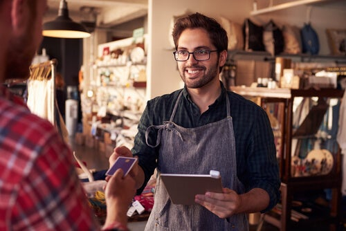 Hombre trabajando en una tienda