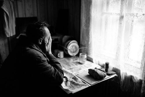 Hombre triste por pobreza energética